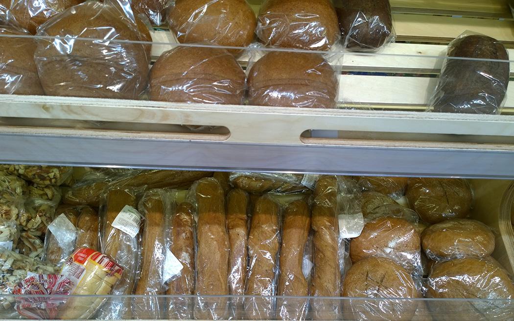 полка с темным хлебом в супермаркете